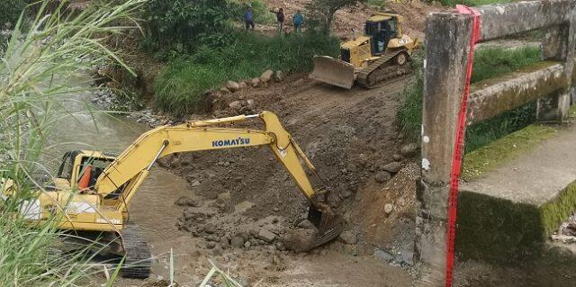 Prefectura aportó con maquinaria (una excavadora de orugas y dos volquetes) de la empresa de vialidad VIALZACHIN