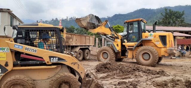 """Maquinaria y equipo técnico del Distrito """"E"""", y de la empresa pública VIALZACHIN E.P, están trabajando en coordinación con las autoridades municipales."""