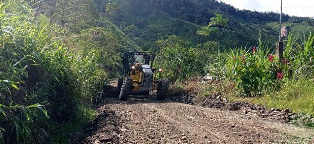 Los trabajos contemplan la limpieza de derrumbes y lastrado de esta carretera, que cuenta con 28 kilómetros